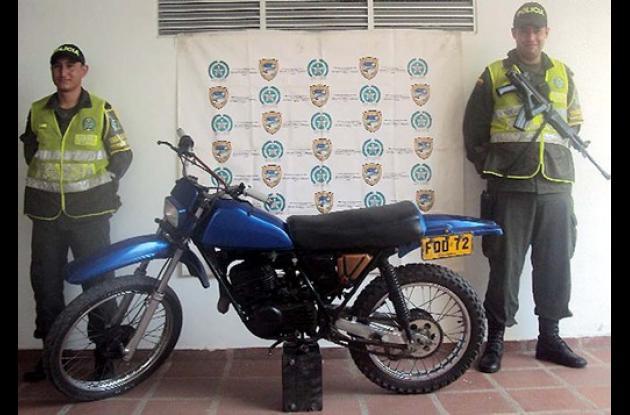 moto marca Suzuki color azul, TS 185