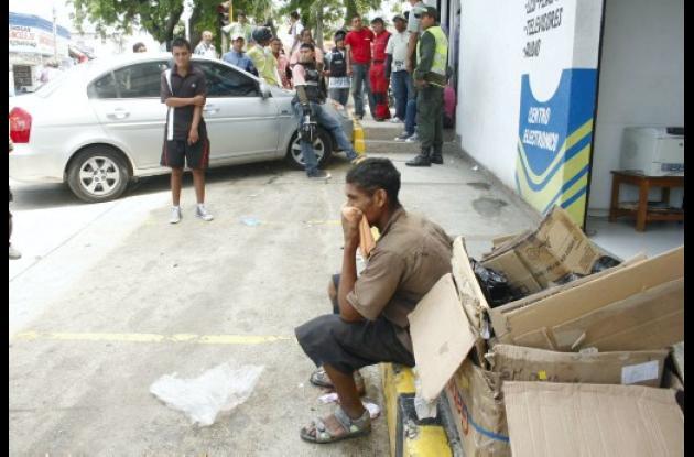 joven cuida carros agredió a reciclador