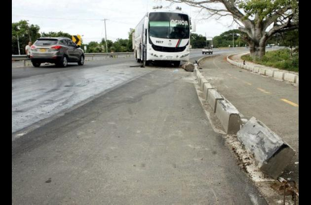 El bus de  la empresa Rápido Ochoa se deslizó a la altura de la Curva La Virgen