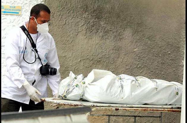labores de inspección y levantamiento del cadáver del joven