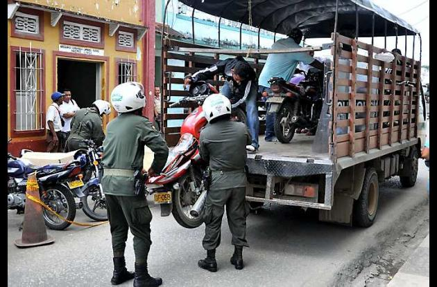 Las autoridades al mismo tiempo inmovilizaron varias motocicletas