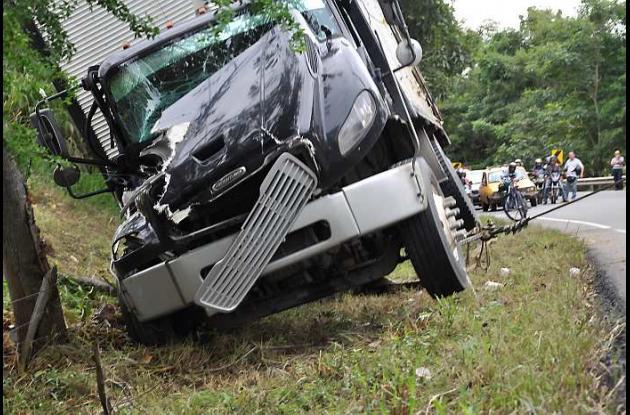 El camión iba lleno de mercancía cuando se salió de la vía y se volcó.