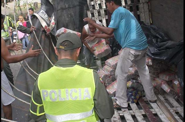 La carga fue transbordada del camión accidentado a otro