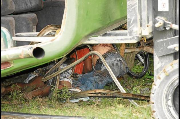 El bus de servicio público quedó destruido en el accidente
