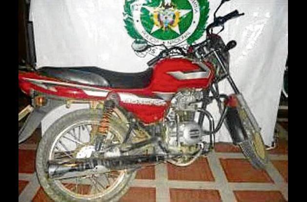 Las autoridades averiguan la identidad del dueño de la motocicleta y la pistola