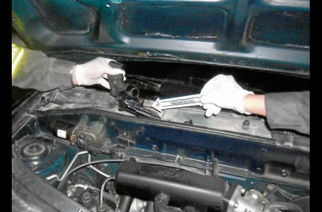 El revólver estaba escondido cerca al motor del automóvil.