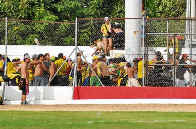 las barras bravas fueron expulsadas del estadio por las riñas que protagonizaron