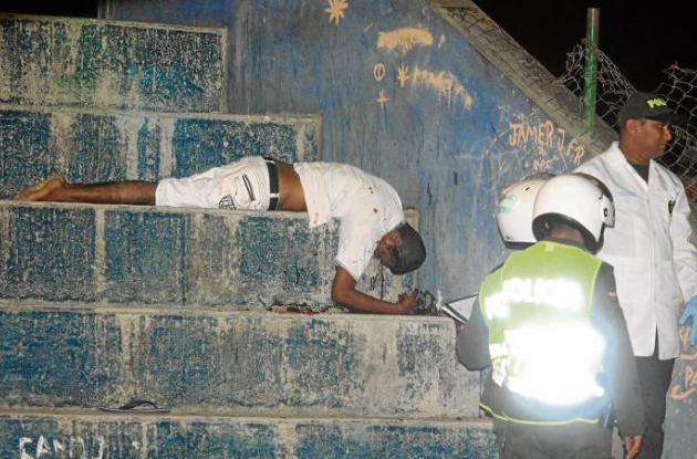 El cuerpo del hombre de 37 años quedó tendido en las gradas de la cancha