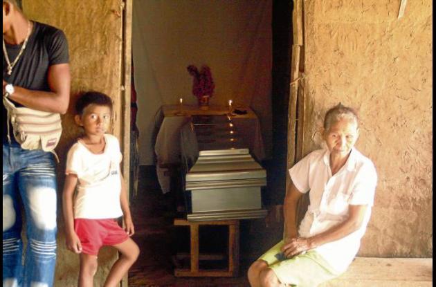 El cuerpo del joven fue velado por familiares y amigos en su humilde vivienda.