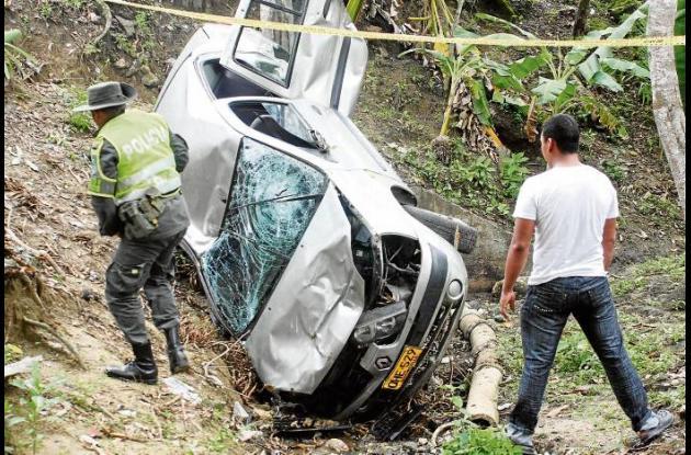 El automotor de placas de Barranquilla quedó destruido al caer al arroyo