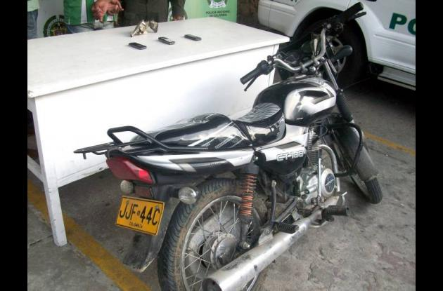 """Motocicleta y arma incautada a alias """"El Nalgón""""."""