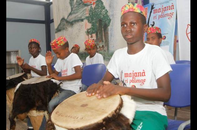 Los más pequeños aprenden las tradiciones musicales de sus ancestros.
