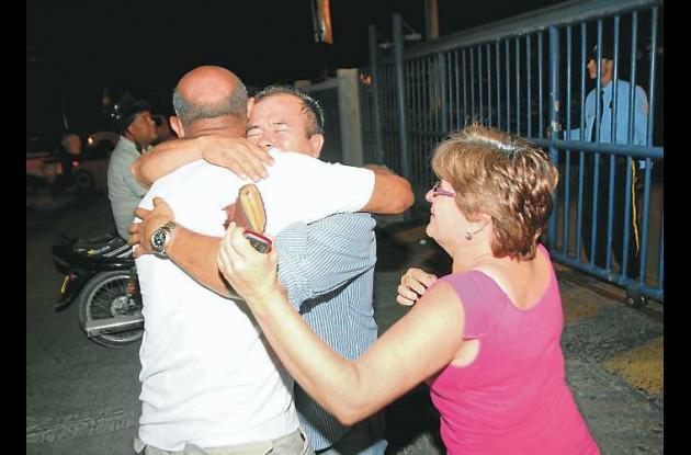 Ramón Rodríguez, padre de la menor, se abraza con sus familiares al comprobar qu