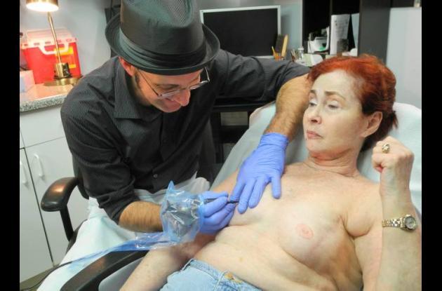 Tatuajes en seno para mujeres con cáncer de mama.