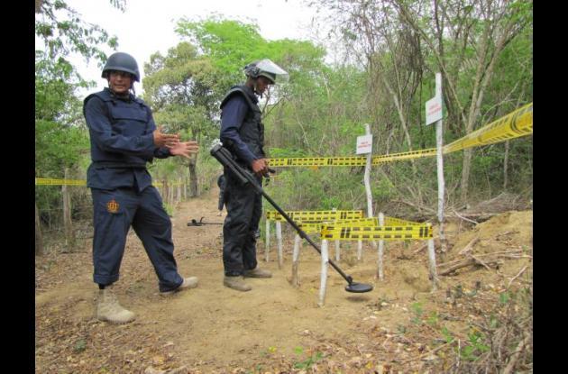 El teniente Armando González Marín presidió un acto simbólico de desminado human
