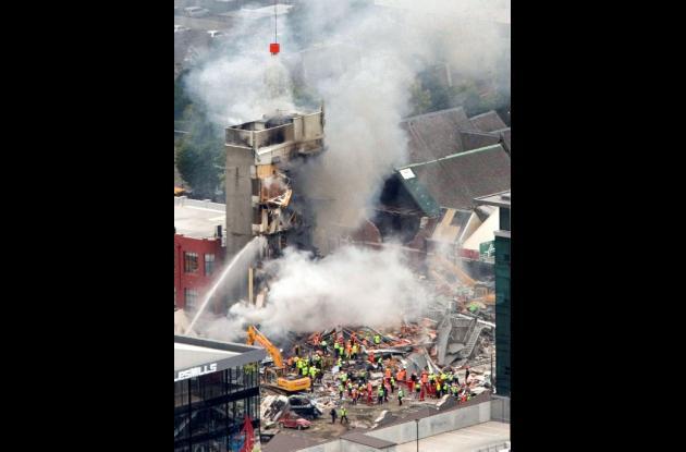 Equipo de restate trabaja para apagar el fuego en un edificio colapsado en Nueva