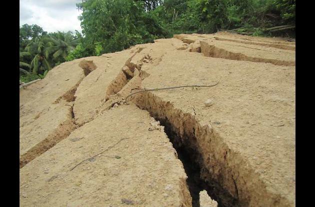 La tierra sigue resquebrajándose. Las autoridades recomiendan no pisarla para ev