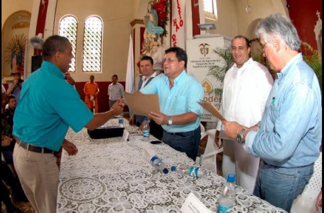 El gobernador Alberto Bernal, en companía del alcalde de Arenal, Jaime Roa, y de