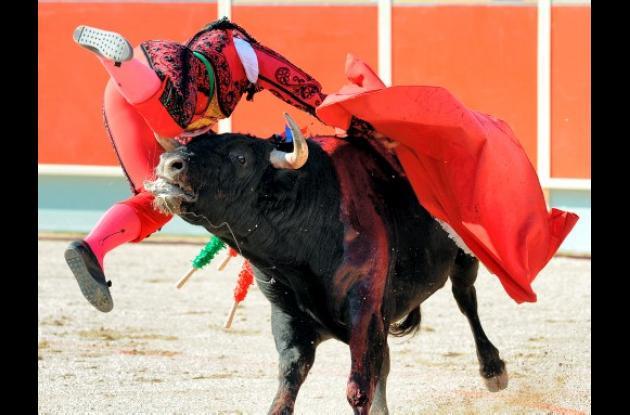 El toro arrastró a Conchi Ríos varios metros.