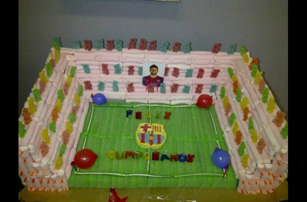 Torta que le dieron sus compañeros de equipo a Gerard Piqué.
