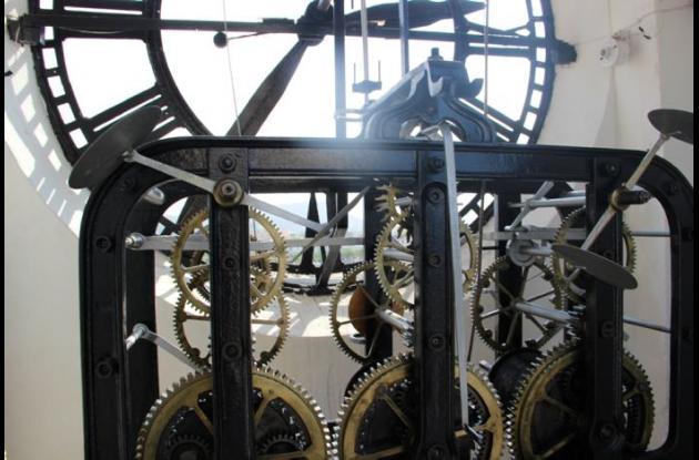 Trabajos de mantenimiento al reloj de la iglesia San Pedro Claver