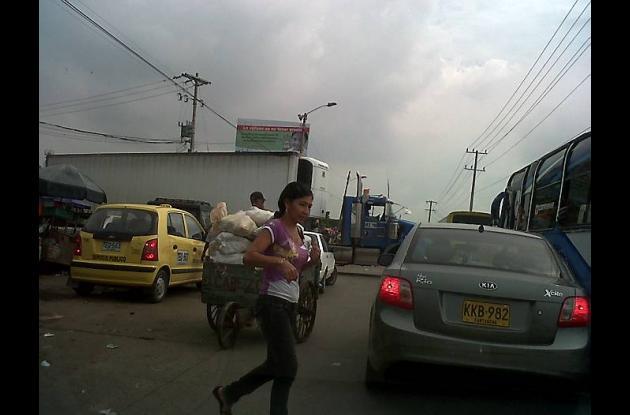 Tráfico en la Avenida del Lago: peligroso y desesperante