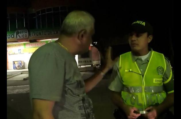El infractor alega con el agente de Policía.