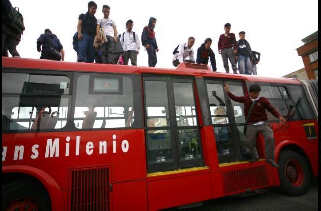 Disturbios en Bogotá en el sistema Transmilenio. Los manifestantes se enfrentaro