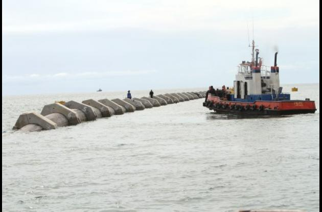 Tendido de tubería de Emisario Submarino en Punta Canoa.