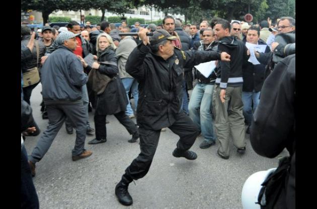 Un oficial de policía se enfrenta a manifestantes durante una manifestación en e