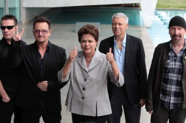 Dilma Rousseff, presidenta de Brasil, y los integrantes de la banda U2.