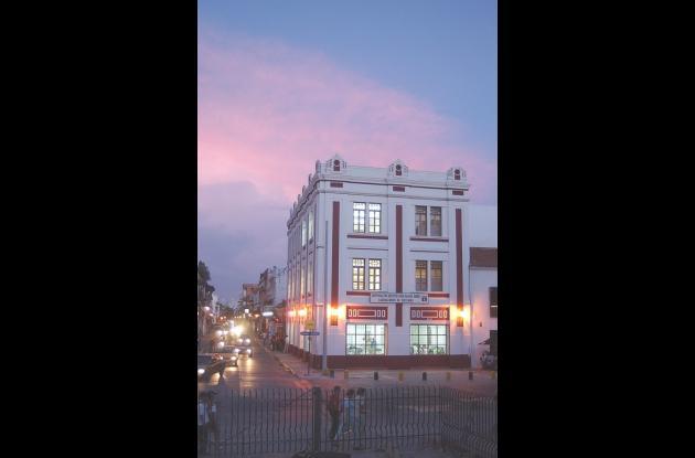 Fachada de universidad, sede principal, en el Centro de la ciudad.