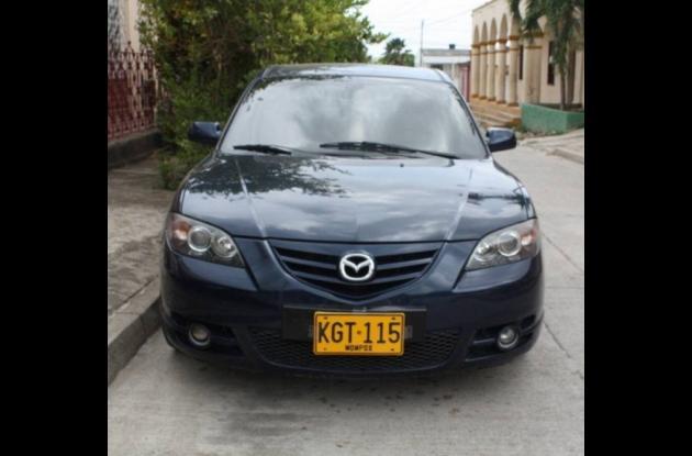 Vehículo marca Mazda, Línea 3, Color Azul.