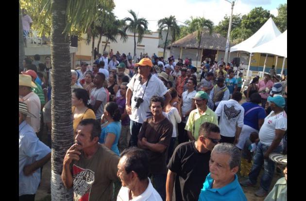Familiares de las víctimas, amigos y curiosos se congregaron en la plaza Olaya Herrera de San Juan Nepomuceno para recordar a los asesinados por los paramilitares