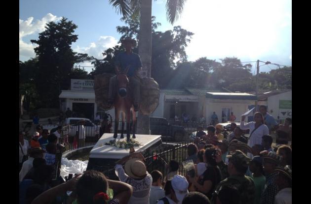 Un campesino montado en su mulo representa a las víctimas de la violencia en esta zona de los Montes de María. El monumento se encuentra en la plaza Olaya Herrera de San Juan Nepomuceno.