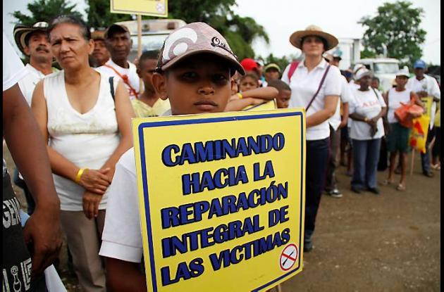 Niños, adultos y ancianos en campaña pacífica para exigir al gobierno reparación