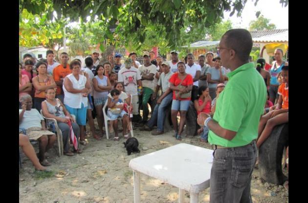 Habitantes de Villa Corelca, hablan con el alcalde