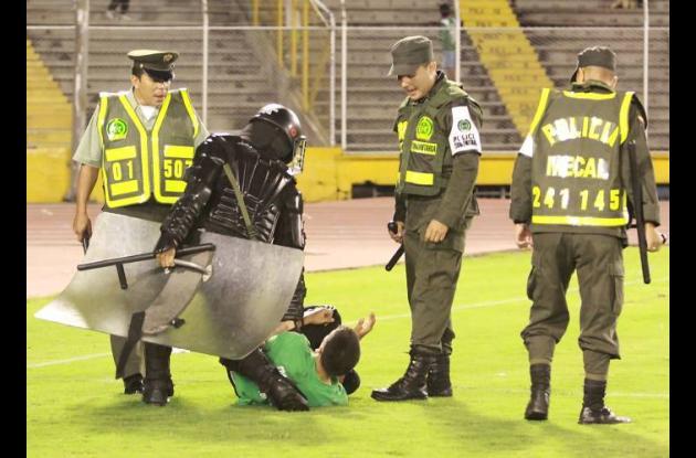 Policía toma medidas para frenar accionar de las barras bravas.