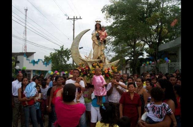En Turbana los devotos salieron a las calles a conmemorar la fecha de la Virgen.