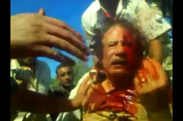 Fotos de un video que muestra a Muamar al Gadafi vivo momentos después de su cap
