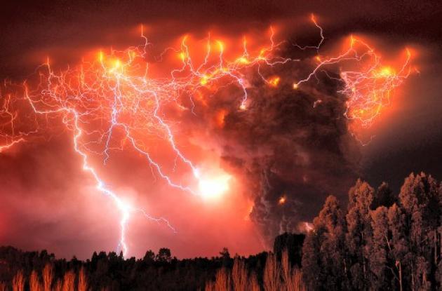 Rayos sobre el volcán chileno que hizo erupción el sábado.