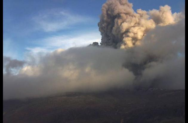 El Nevado del Ruiz hizo erupción de ceniza y gases a las 5 y 40 de la tarde del