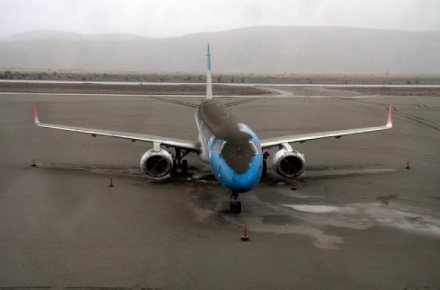 Avión cubierto de cenizas del volcán Puyehue en el aeropuerto de Bariloche, Arge