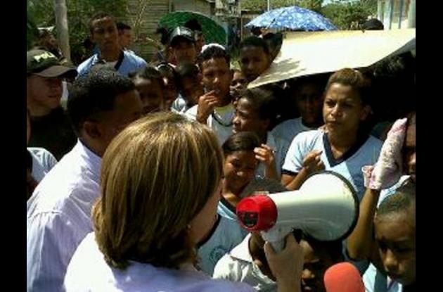 La secretaria de Educación, Rosario Ricardo llega a la protesta de los estudiant