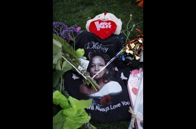 Decenas de personas se habían dado cita cerca de la funeraria para rendirle home