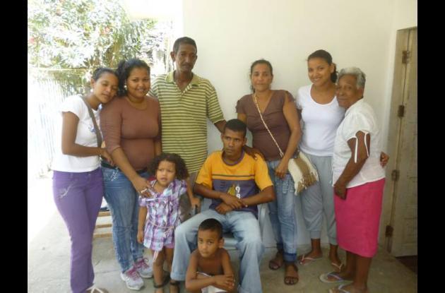 """""""Yayo"""" con sus con sus padres, abuela y hermanos."""