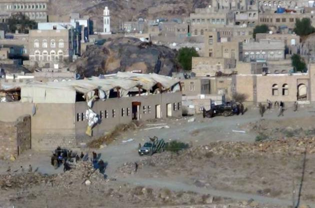 Soldados yemeníes se reúnen en el lugar donde dos atacantes suicidas hicieron es