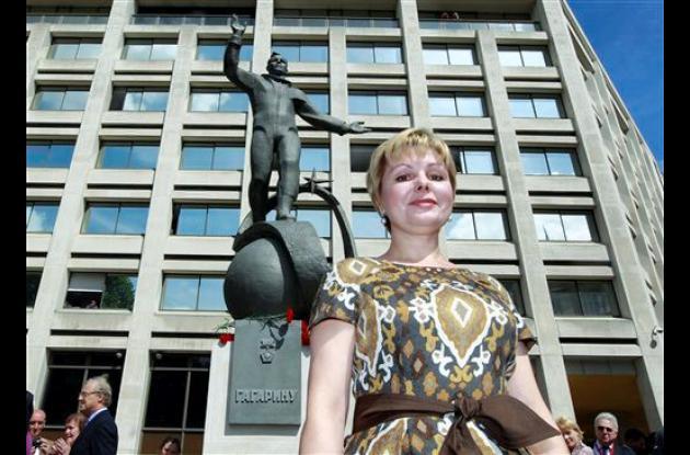 La hija de Yuri Gagarín develó la estatua en homenaje a su padre, Yuri Gagarin.