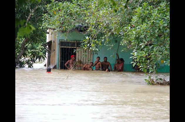 En la entrada de Santa Rosa el agua sobrepasaba la mitad del cuerpo de las perso