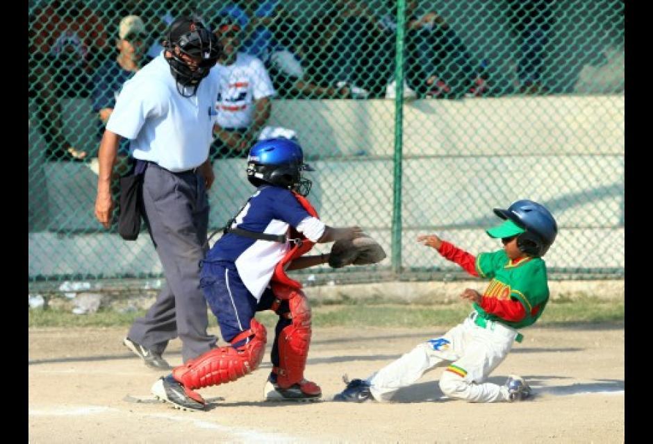 El catcher del Meta, Jackson Mosquera pone en out en el plato al segunda base del equipo de Bolivar, Dayan Frias.